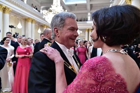 Sauli Niinistö hymyili kauniisti vaimolleen.