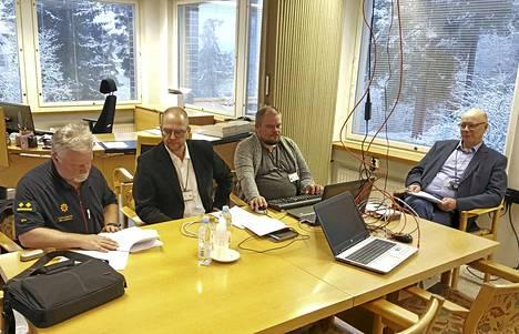 Aluepalomestari Mika Huuskola, kaavoitusjohtaja Timo Määttä, Tekninen johtaja Janne Teeriaho ja kaupunginjohtaja Hannu Mars väestönsuojelullisten valmiussuunnitelmien äärellä LSS19-valmiusharjoituksessa Keuruun kaupungintalolla.
