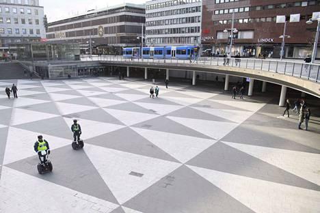 Tukholmassa ravintolat ovat saaneet olla auki koronakriisistä huolimatta, mutta niiden asiakasmäärät ovat pienentyneet. Kuva on otettu huhtikuun alussa.
