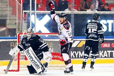 TPS-vahti Rasmus Tirronen ja Olli Kaskinen seurasivat vierestä Ässien kapteenin Niklas Appelgrenin juhlintaa 0–1-maalin jälkeen.
