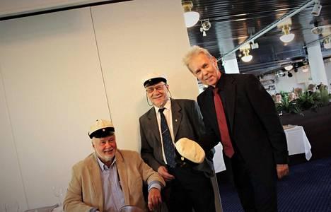 Hauskaa oli silloin – ja hauskaa on yhä. Vammalan Yhteislyseossa tehtiin 50 vuotta sitten kyseenalaista historiaa. Riemuylioppilaista myös Matti Härmä (vas.), Erkki Tuominen ja Mauri Kunnas reputtivat kukin ylioppilaskirjoituksissa ensi yrittämällään.