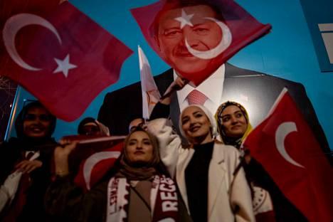 Valtapuolue AKP:n kannattajat olivat juhlatuulella Istanbulissa sunnuntaina 31.3.2019, kun ensimmäiset tulokset Istanbulin pormestarinvaaleista tulivat julki. Arviolta 57 miljoonaa on antanut äänensä paikallisvaaleissa.