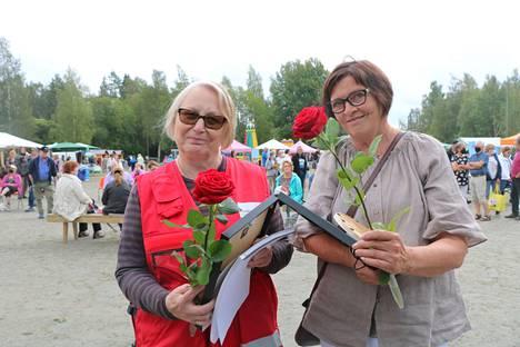 Vuosien 2021 ja 2020 Siikaisten Sisupusseina palkittiin Keijo Silvola ja Arja Lehtinen. Pirkko Silvola (vasemmalla) vastaanotti palkinnon Keijo Silvolan puolesta.