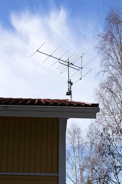 Yksi antenneista on kotitalon katolla.