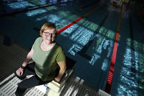 Pienet uimakoululaiset kyselevät Irma Helmejoeltä toisinaan, että asuuko hän uimahallissa. Ei sentään, vaikka paljon hän siellä aikaa viettääkin.
