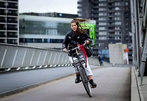Yhdysvaltain rannikolta käynnistynyt Ciara-myrsky saapui Eurooppaan sunnuntaina. Britanniassa ja Manner-Euroopassa mitattiin 40 metriä sekunnissa -ylittäviä tuulia. Tuuli ravisteli polkupyöräilijää maanantaiaamuna Rotterdamissa Hollannissa.