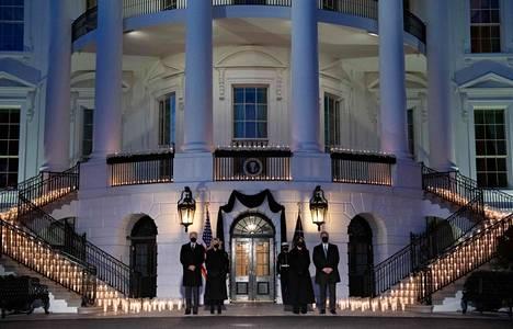 Yhdysvaltojen presidentti Joe Biden, hänen vaimonsa Jill Biden sekä maan varapresidentti Kamala Harris ja hänen aviomiehensä Doug Emhoff pitivät hiljaisen hetken koronavirukseen kuolleiden muistolle.