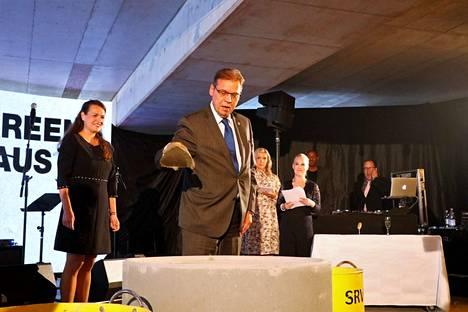 Tampereen kaupungin pormestari Lauri Lyly osallistui peruskiven muuraukseen.