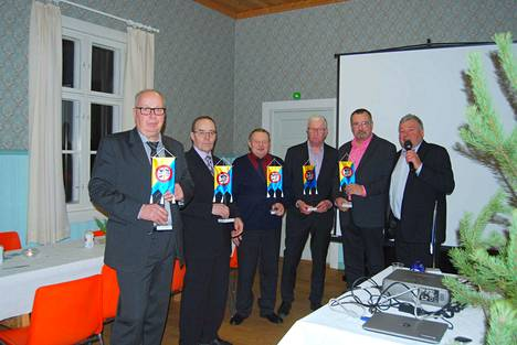 Pitkäaikaisesta työstä seuran hyväksi palkittiin viirein vas. Tarmo Joutsenvirta, Pekka Känä, Heikki Tommila, Asko Ahola, Alpo Mattila ja Jukka Kallioinen.