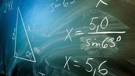 Matematiikan osaajat pärjäävät paremmin päättelytehtävissä. Kuva on matematiikan tunnilta Kangasalan Pikkolan koulusta vuodelta 2006.