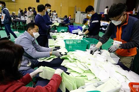 Vaalivirkailijat laskivat ääniä keskiviikkona Soulissa äänestyksen päätyttyä.