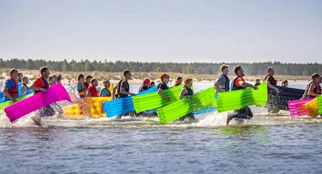 Yli 260 kilpailijaa lähti Yyterissä uimpatjan kanssa kylmään meriveteen.