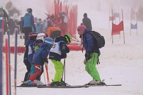 Valmentaja Pirita Moisanen otti race-ryhmän koolle.
