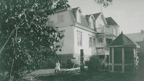 Bäckmanin talo ja sen puutarhaa.