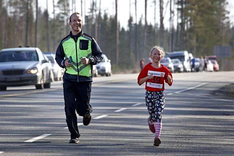 My Little Pony Riders -joukkueen kolmannen, runsaan viiden kilometrin osuuden juoksi 7-vuotias Eleanoora Tuomisto Lempäälästä vierellään isänsä Janne Tuomisto (joka oli juossut jo joukkueensa avausosuuden).