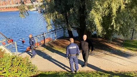 Poliiseja oli maanantaina iltapäivällä paikalla Ratinan suvannon rannan venelaiturilla.