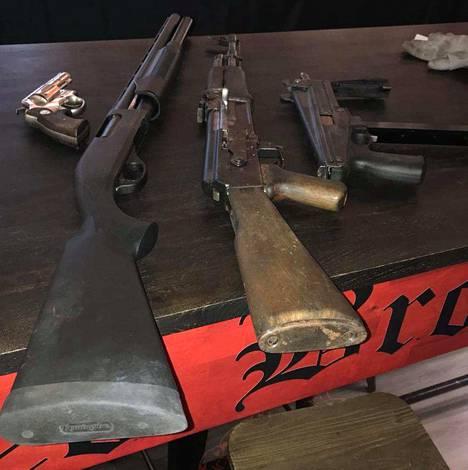 Epäillyn UB-pomon hallussa on ollut kymmeniä ampuma-aseita.
