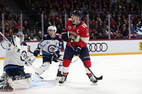 Florida Panthersin kapteeni Aleksander Barkov (keskellä) teki pitkän jatkosopimuksen Floridaan. Kuva marraskuulta 2018 Floridan ja Winnipeg Jetsin Helsingissä pelatusta ottelusta.