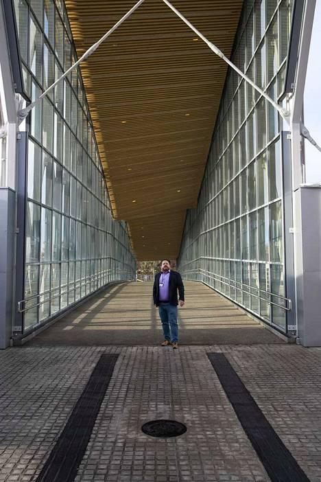 Hankejohtaja Lari Laakso pääradan ylittävän Telkäntaipaleen sillan pääkirjaston puoleisessa päässä.
