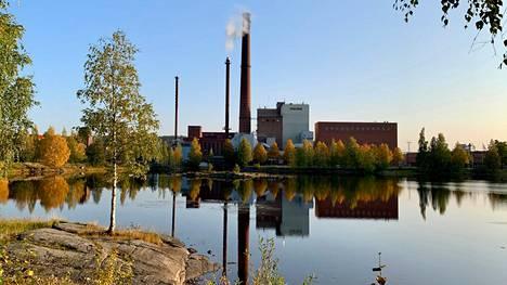 Voimalaitoksen piipusta nousee jatkossa viisikymmentä prosenttia vähemmän hiilidioksidipäästöjä kuin tähän asti. Metsä Tissue pyrkii muuttamaan tehtaansa fossiilittomiksi vuoteen 2030 mennessä.