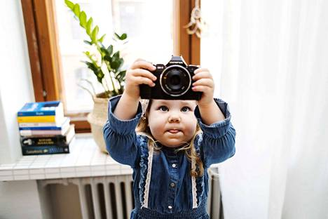Isla saa ottaa kuvia ja leikkiä äidin kameralla, kunhan on varovainen.