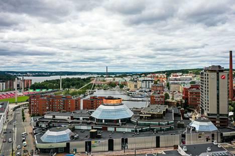 Koskikeskuksen vieressä Hatanpään valtatiellä ratikka kulkee jo, mutta katutöitä ympäristössä riittää vielä. Kuva on otettu heinäkuussa 2021.