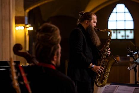 Sami Sippola esiintyi ruokakassikeräyksen striimatussa tukikonsertissa Tampereen Tuomiokirkossa toukokuussa 2020.