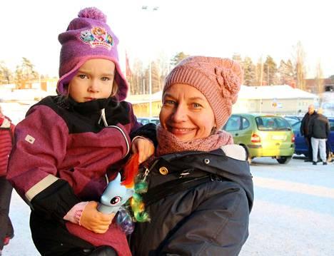 Leona ja Carita Ahonen seuraavat joulun lähestymistä kahdesta joulukalenterista. Toisessa on hedelmäisiä herkkuja ja toisen kalenterin ovat mummi ja äiti yhdessä valmistaneet.