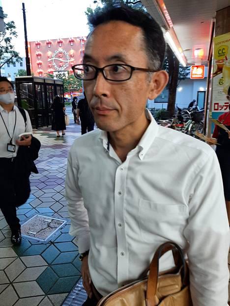 Liikemies Takashz Nagano sanoo, etteivät maan viranomaiset asettama alkoholin myyntikielto pidä Tokiossa. Osa ravintoloista ja baareista myy sitä nyt hätätila-asetuksen aikanakin.