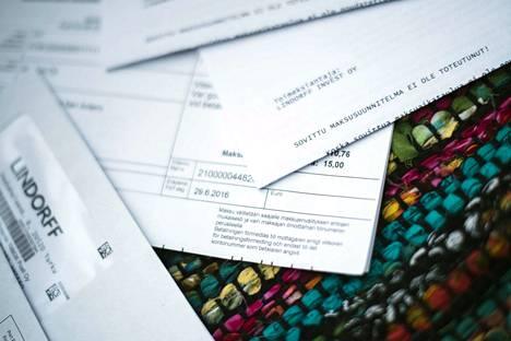 Kirjoittajien mielestä eläkeläisten asiakasmaksut pitää saada kohtuullisiksi. Vuosittain yli 300 000 kappaletta sosiaali- ja terveyspalvelujen asiakasmaksuista päätyy ulosottoon.