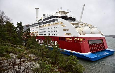 Laivassa on 331 matkustajaa ja 98 henkilökunnan jäsentä. Henkilövahinkoja ei ole Viking Linen mukaan havaittu, eikä ihmisillä ole vaaraa.
