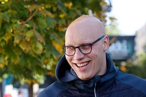 Kilpauimari Matti Mattsson kävi esittelemässä olympiapronssimitaliaan yleisölle Porin päivän torijuhlassa.