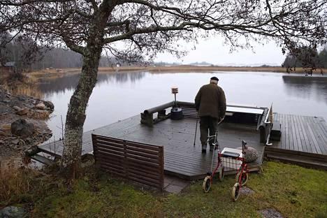 Porilainen Erkki Nurmi asuu puolisonsa Pirjon kanssa enimmäkseen kesämökillä Merikarvialla. Työvuotensa Nurmi toimi merenkulkualalla, mutta joutui jäämään eläkkeelle jo 53-vuotiaana. Mökillä arjessa selviää kepin, rollaattorin ja mönkijän avulla.