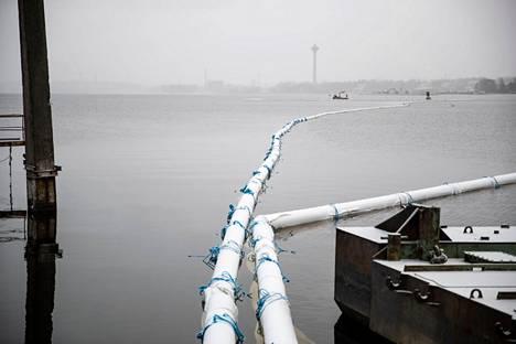 Vaitinaron vesialueelle on ilmestynyt satojen metrien mittainen kelluva putkijono, joka näkyy hyvin myös Vaitinaron liittymään. Putkeen on kiinnitetty suojaverho, joka suojaa sen ulkopuolelle jäävää vesistöä sameutumiselta, kun Näsijärven pohjasta aletaan joulukuun alussa nostamaan uppotukkeja.