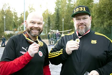 Jussi Okkonen (vas.) ja Teemu Aaltonen esittelivät ylpeinä prenikoitaan. Valmentajat aikovat tehdä paikallisottelusta jokavuotisen perinteen.