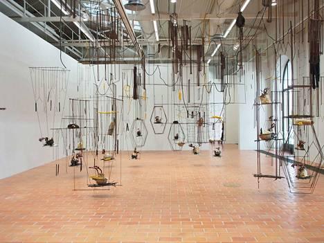 Iza Tarasewicz: The Means. The Milieu, 2014/2015 Installaatio; hapetettu metalli, okra, hamppuköysi, kumi, sementti.