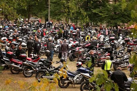 Mallinkaisten kyläkoulun kentälle parkkeerataan torstaisin satoja moottoripyöriä. Väkeä tulee kauempaakin vierailemaan Mallinkaisten Motoristikahvilassa.