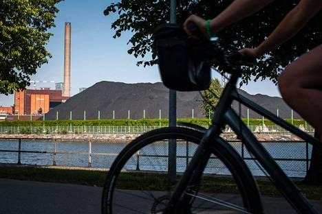 Euroopassa varastoidaan hiiltä ja kaasua talven varalle. Kuvassa Hanasaaren voimalaitoksen hiilikasa Helsingissä.