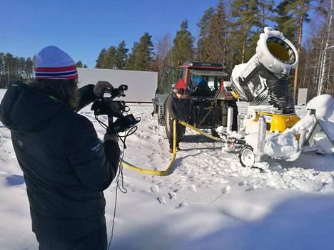 Seudun live-videosarjan Missä mennään avausjaksossa perehdyttiin tykkilumen tekemiseen. Kuvassa Jussi Valli kameraoperaattorin roolissa.