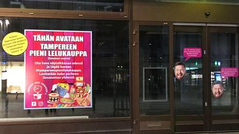 Sokosta vastapäätä sijaitsevan liiketilan ikkunaan ilmestyivät tarrat, joissa kerrotaan lelukaupan avautumisesta. Ikkunoita koristavat Janne Katajan kasvot.