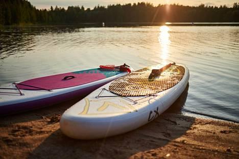 Kennonnokan uimarannalta voi kesäkuusta elokuuhun vuokrata SUP-laudan.