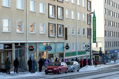 SPR:n leipäjono kiertää Tampereen Otavalankadulta korttelin ympäri. Jonossa on yli 300 ihmistä kahdesti viikossa.
