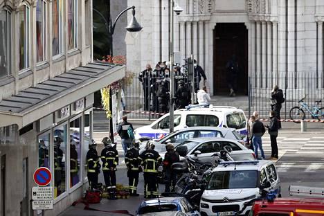 Poliisit seisoivat Notre Damen kirkon edustalla Nizzassa veitsihyökkäyksen jälkeen.