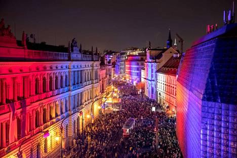 Tshekkiläiset juhlivat marraskuun lopussa Samettivallankumouksen vuosipäivää. Tämän kuun lopussa puolestaan tulee kuluneeksi 30 vuotta Vaclav Havelin noususta presidentiksi.