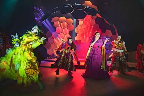 TTT:ssa saa tänä syksynä ensi-iltansa kymmenen näytelmää, joista kuusi on kotimaisia kantaesityksiä. Kuva suuren näyttämön Hamletista.