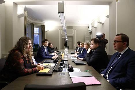 Paun puheenjohtaja Heidi Nieminen (vas.) ja Paltan puheenjohtaja Tuomas Aarto (oik.) istuivat valtakunnansovittelijan neuvottelupöytään kello 13.