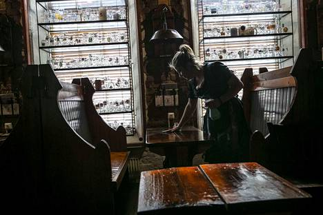 Hallituksen tukipaketti ravintoloille koostuu kahdesta osasta. Koronaepidemia on koetellut ravintola-alaa, kun osana viruksen vuoksi asetettuja rajoituksia ravintolat suljettiin huhtikuun alussa. Näin pöytiä siivottiin tyhjässä ravintola Plevnassa maaliskuun lopulla.