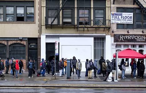 Hurja työttömyys. Yhdysvalloissa noin 10 miljoonaa ihmistä on hakenut työttömyyskorvauksia edellisten kahden viikon aikana. Kuvassa ihmiset jonottivat ilmaista ruokaa asunnottomien yöpaikan edustalla viime lauantaina.