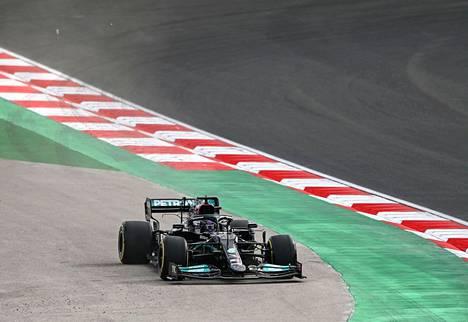 Lewis Hamilton oli kärkivauhdissa vapaassa harjoituksissa Turkin Istanbulissa.