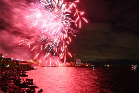 Särkänniemessä juhlistettiin syyskuun lopulla kesäkauden päättäjäisiä ilotulituksella. Torstaina syttyvät toisenlaiset valot, kun Karmiva karnevaali alkaa.
